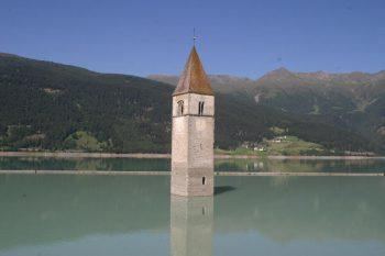 Kirchturm im See
